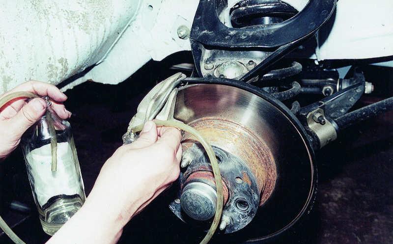 Замена тормозной жидкости – как справиться самому?