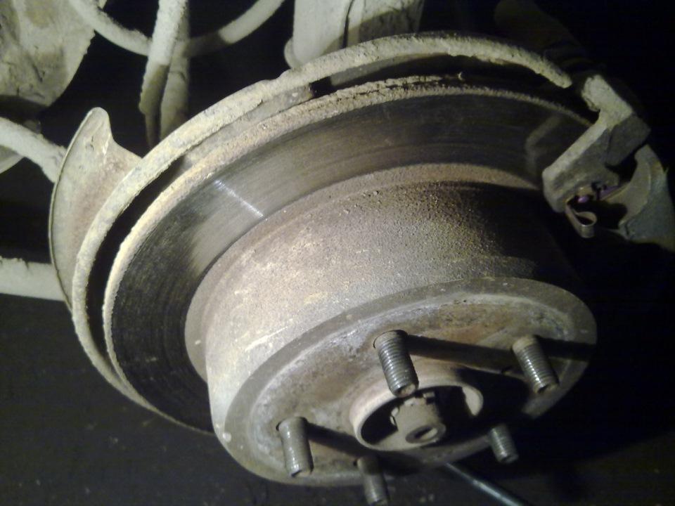 Скрежет в переднем колесе при движении – ищем причину