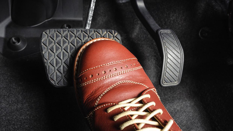 Как остановить машину при отказе тормозов?