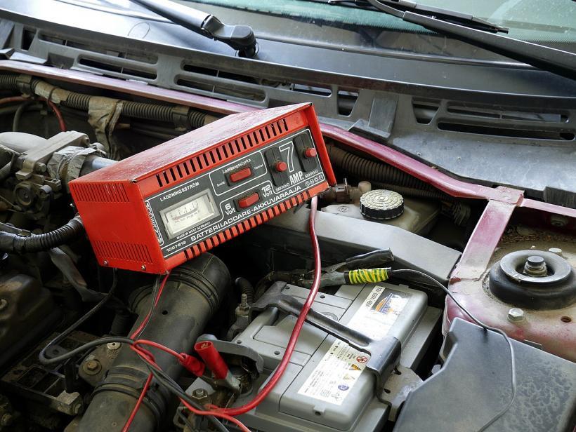 Бортовая зарядка аккумулятора: стоит ли заряжать не снимая с авто?