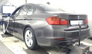 На фото - чип-тюнинг BMW F10 в автомобильном боксе, upsolute.ru