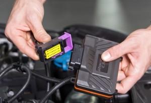 На фото - установка чипа в BMW F30, diski-toyota.ru