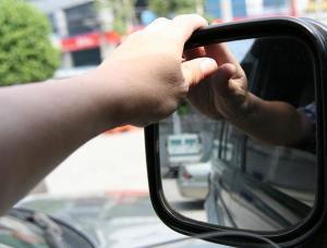 На фото - регулировка боковых зеркал автомобиля, autodirection.ru
