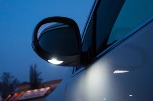 На фото - боковые зеркала с подсветкой, drive2.ru
