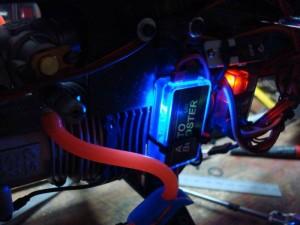 На фото - установка бустера на автомобиль, rc.runryder.com