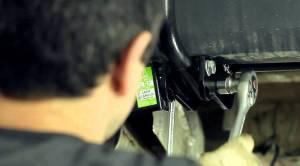 На фото - установка фаркопа на Лада Ларгус, youtube.com