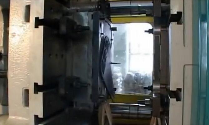 На фото - производство брызговиков Novline