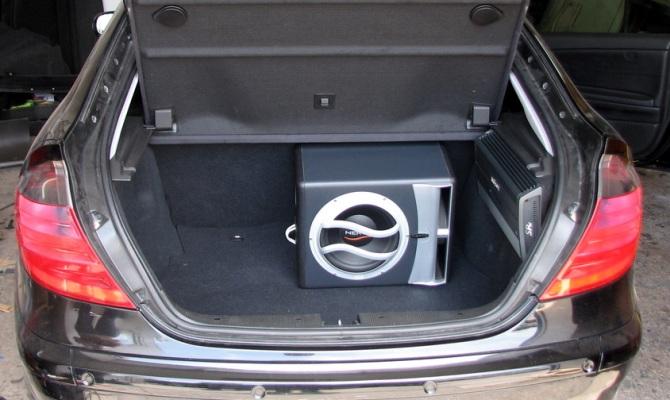 На фото - пассивный сабвуфер для авто