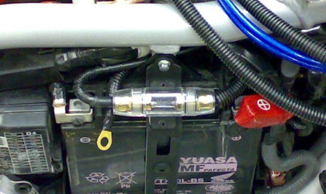 Фото установки предохранителя для сабвуфера