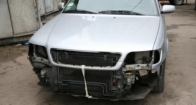 На фото - демонтаж деталей кузова авто перед покраской