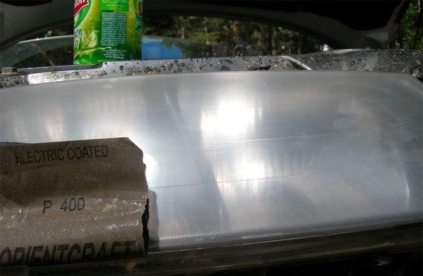 На фото - шлифовка элементов салона авто