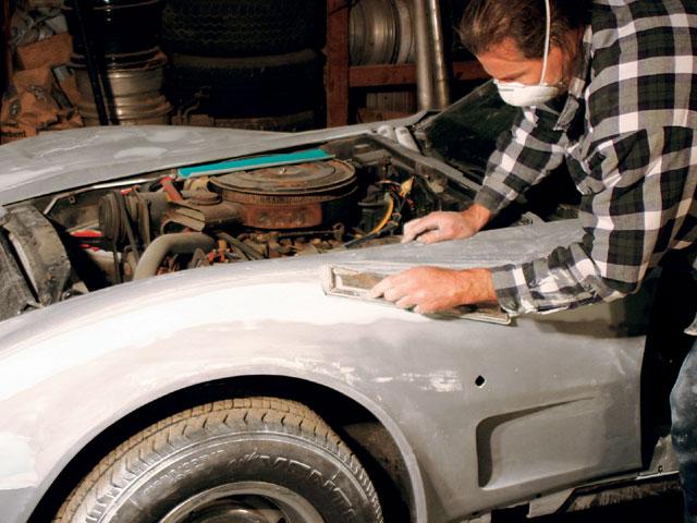 На фото - зачистка дефектов краски на автомобиле