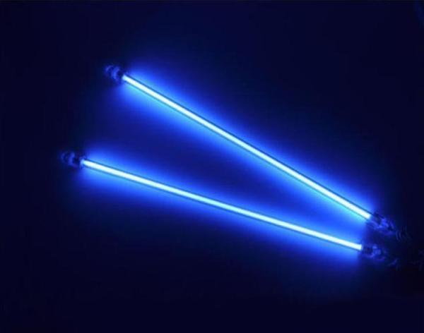 На фото - неоновые лампы для подсветки салона авто