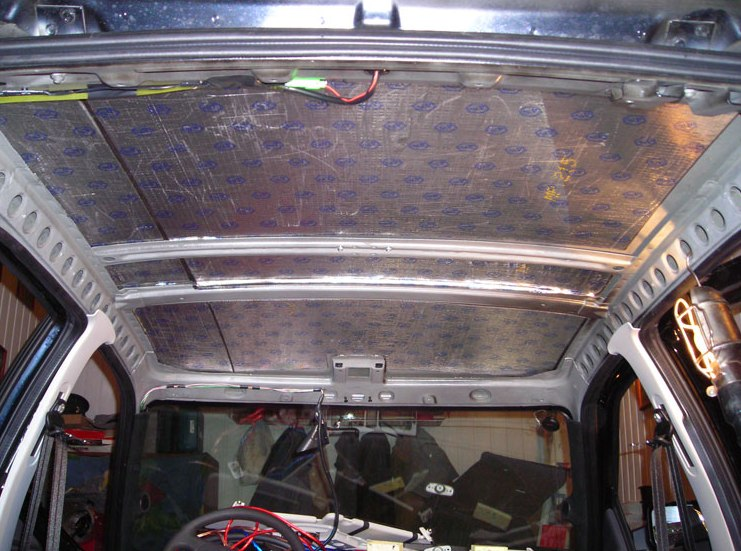 Фото наклейки шумоизоляции на потолок Приоры