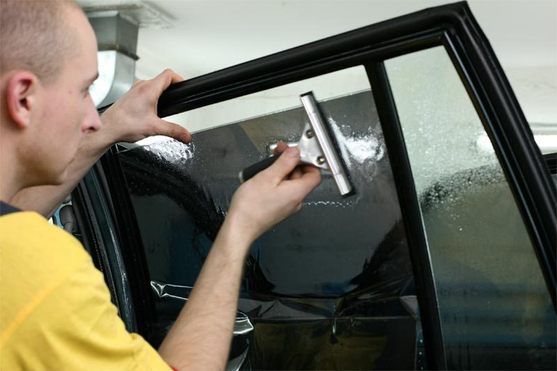 Фото процесса тонировки стекол авто