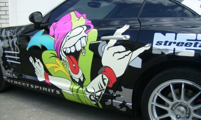 Фото цветной виниловой наклейки на авто