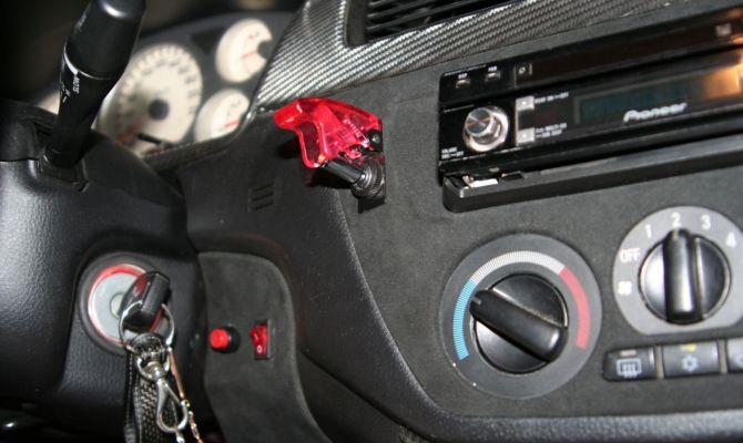На фото - выключатель системы впрыска закиси азота
