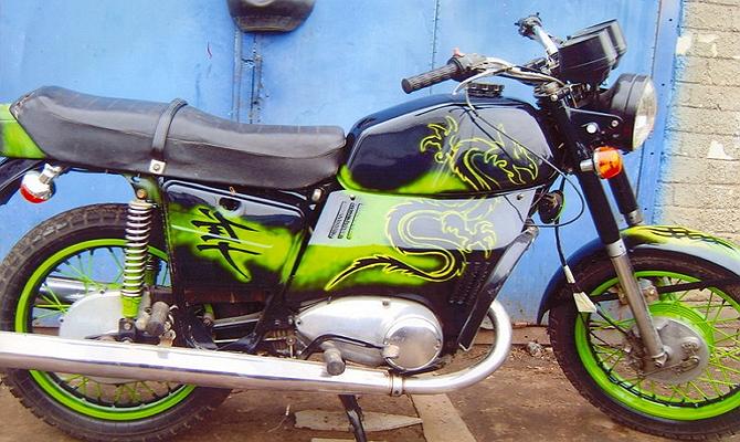 На фото - перекраска мотоцикла ИЖ Юпитер-5 в новый цвет