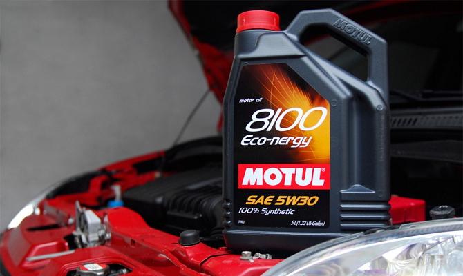 Свежее масло для двигателя авто