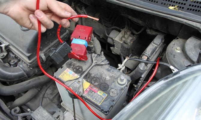 Подсоединение силовой проводки к аккумуляторной батарее автомобиля
