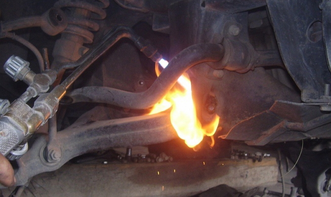 Выжигание старого шарнира горелкой
