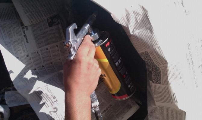 Заклеивание деталей авто малярным скотчем и газетами