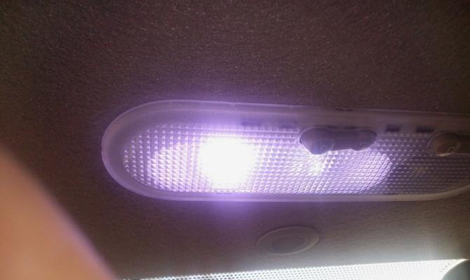Яркая диодная лампа в штатном плафоне