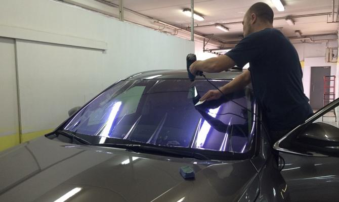 Наклеивание синей пленки на авто