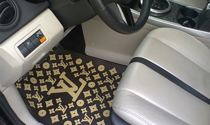 На фото - коврик для авто