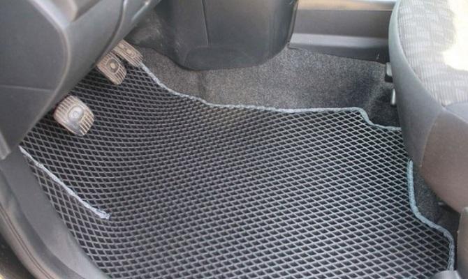 На фото - резиновый коврик для авто