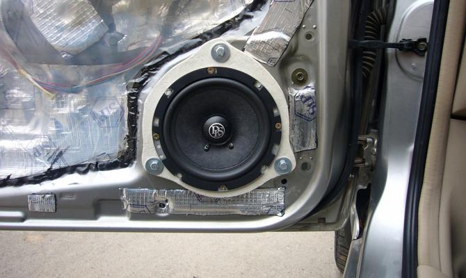 Установка динамиков в передней части машины