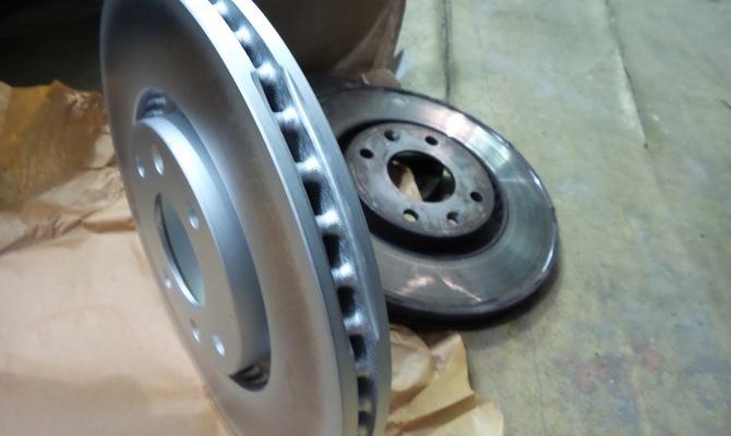 На фото - тормозные диски Пежо 308