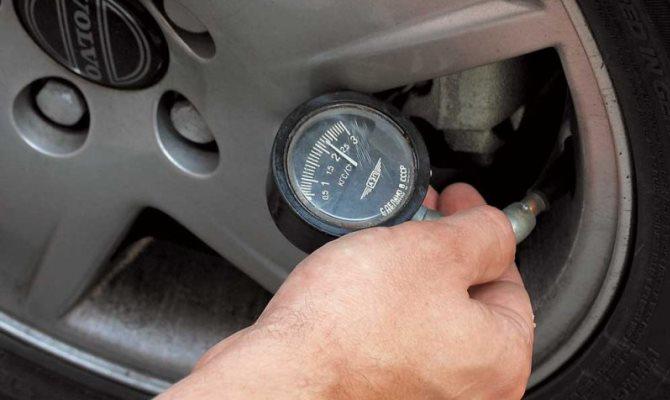 Если вы пользуетесь электронным прибором, нужно нажать на кнопку, в механических же измерения проводятся автоматически