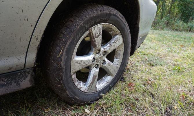 Неправильно накачать шины может даже профессионал, а это одна из самых вероятных причинувода руляв сторону