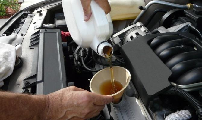 Последним этапом старая смазка сливается, и в мотор заливается чистое масло