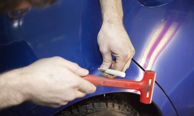 Оказывая механическое воздействие одним из выбранных инструментов мы можем влиять на поверхность поврежденного кузова
