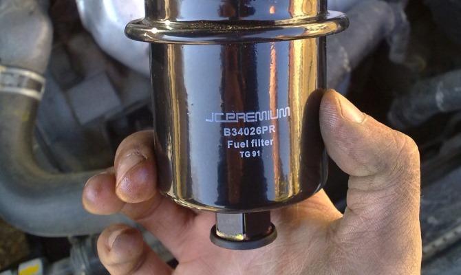 По очередности производимых манипуляций замена фильтра в бензиновом агрегате не отличается от замены этого элемента в дизельном двигателе