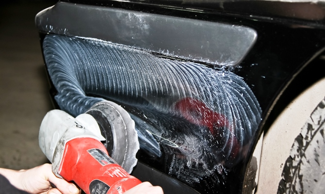 Умение обращаться с полировальной машинкой значительно облегчит задачу, иначе придется практиковаться сразу на объекте ремонта