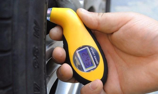 Контролировать давление колес без использования специальных приборов крайне не рекомендуется