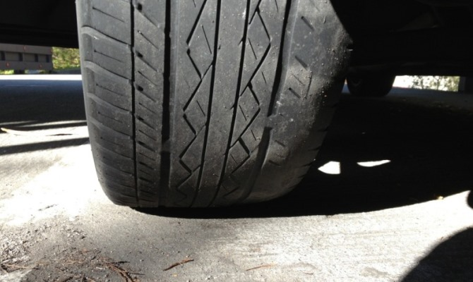 Изношенные шины автомобиля - это прямая угроза безопасности водителя на дороге