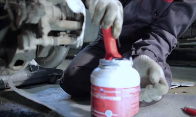 Сланцевый антикор после высыхания образует на поверхности твердую пленку, которая эффективно защищает детали от внешних влияний