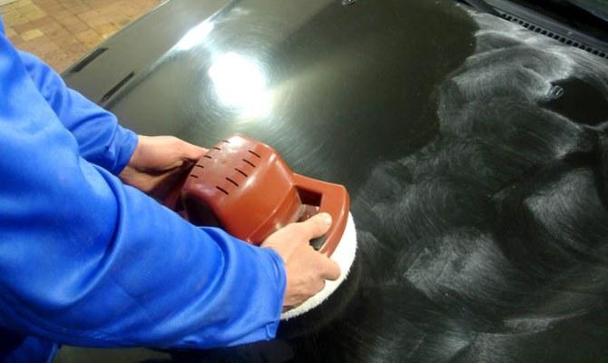 Зачистка поврежденного участка покрытия высокозернистой абразивной шкуркой