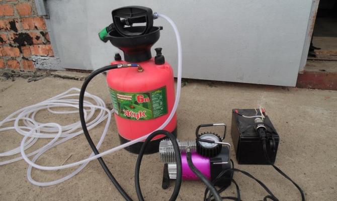 Необходимым элементом является емкость для размещения воды, которая будет использоваться для мытья