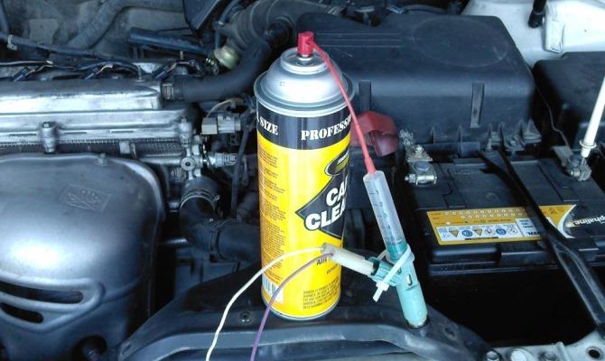 Наиболее простой метод промывки предполагает заливку в бак автомобиля жидкости для промывки