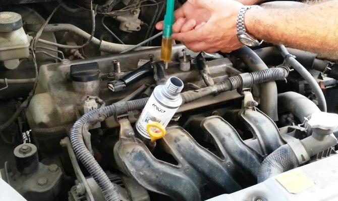 Процесс очистки двигателя при помощи специального средства