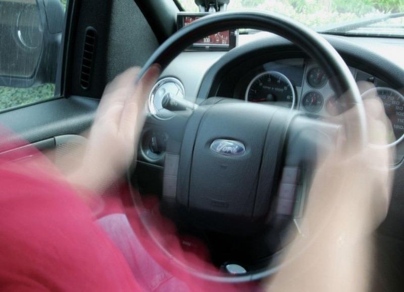 Почему при торможении на скорости бьет руль и вибрирует машина – определение причины