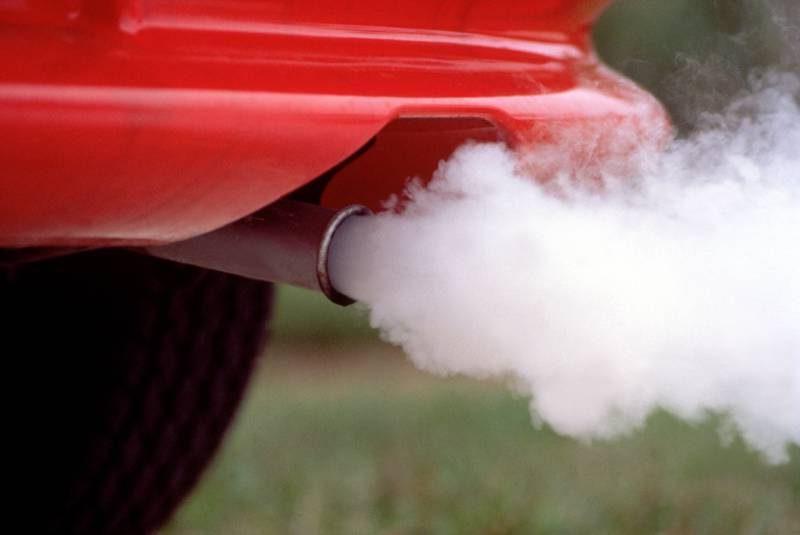 Белый дым из выхлопной трубы – о каких неисправностях сигнализирует?