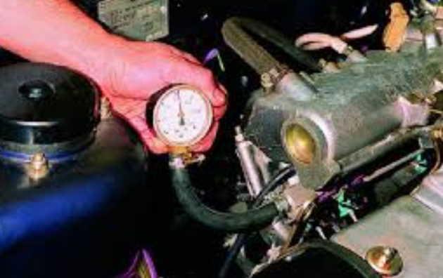 Проверить регулятор давление топлива с помощью манометра